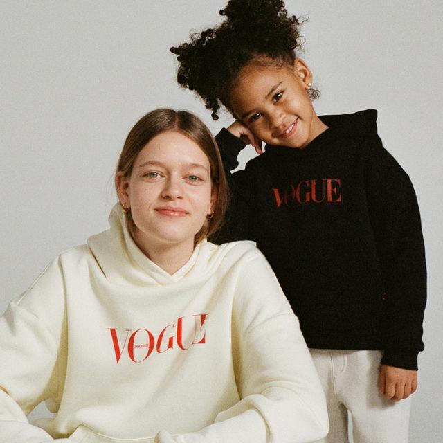 Мы подготовили худи @voguerussia не только для вас, но и для ваших детей — покупайте по ссылке в описании нашего профиля   🖤  Hit the link in our profile bio to buy Limited Xmas @voguerussia hoodies   Photo: @popmasha Style: @mitinanan
