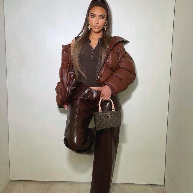 Сегодня в инстаграме Ким Кардашьян появилось фото, на котором она позирует с сумкой Louis Vuitton из коллекции 2014 года авторства Фрэнка Гери, а ответственна за это ее стилист Венеда Анастасия Картер. По ссылке в нашем профиле редактор моды @voguerussia @alinagriga рассказала про личного стилиста Ким  🖤  Tap the link in our profile bio to read about Kim Kardashian's personal stylist  Photo @kimkardashian   #voguerussia #voguerussiafashion