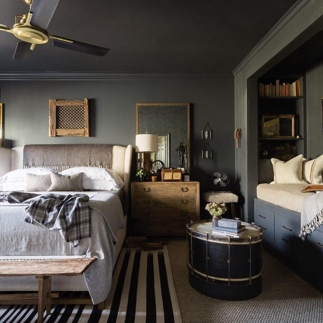 Having grown up in rural Mississippi, interior designer @seanandersondesign has always been drawn to the masculinity of dark hues and gothic decor—combined with elements of nature—in his designs. He brought all of that into his own home in Memphis, which we've pulled from the ELLE Decor archive for your viewing pleasure. Click the link in bio for the full tour. Written by @lacymorris, photographed by @alyssarosenheck.