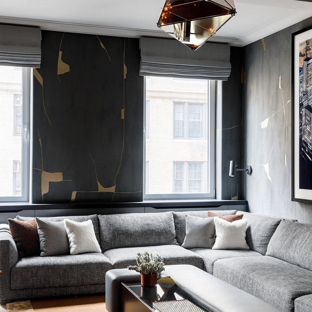The clients for an apartment in Manhattan's Carnegie Hill neighborhood tapped architect @mkcarchitecture, a nine-year-old practice known for bold juxtapositions of materials, eras, and shapes. The walls in the media room are covered in a hand-painted @porterteleo wallcovering. The room's sectional is by @poliform_official, the pendant is by @bec_brittain for @rollandhill, and the Roman shades are from @theshadestore. Click the link in bio for the full tour as seen in our Jan/Feb 2021 issue. Written by @langealexandra, photography by @maxb.photo.
