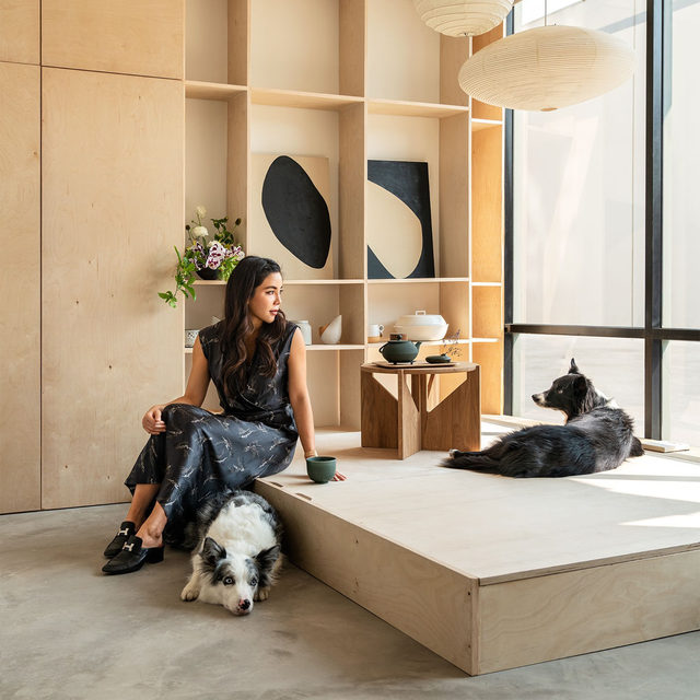 An alumna of Morphosis Architects (Pritzker Prize winner Thom Mayne's firm), @amandagnwn grew up in Singapore and cofounded Los Angeles-based @owiudesign studio in 2018 with @zhoujoel, a former high-school classmate. The guest room of her loft in downtown Los Angeles has a mattress that tucks below a platform during the day. Gunawan is pictured here with her border collies Kipper and Koby. Click the link in bio for the full tour as seen in our Jan/Feb 2021 issue. Written by @vwlawrence, produced by @ingridabram, photography by @thismintymoment.
