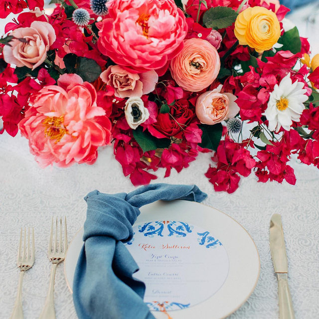 Explosion of color 🎆 A great way to get the day started, enjoying this lovely set up from @tessalynevents and @bestdayeverfloraldesign with our #beatricegardenlinen in Smoke and #tuscanylinen napkins in Wedgwood 💕 Photography @wildwhim   #latavolalinen #transformyourtable #bbjlt #bettertogetherbbjlt #thinkpink #prettyinpink #hotpink #pinkandblue #peonies #bougainvillea #isitsummeryet #californiabride #californiawedding #palosverdes #ranchopalosveres