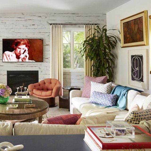 With much of her work, designer @natashabaradaran relies on texture to heighten a sense of comfort. And in the family room of a Santa Monica home Baradaran recently renovated, she softened the room's existing ceramic faux-wood paneling with a shaggy wool rug and curtains in a dip-dyed @rosemaryhallgarten fabric. Head to the link in bio for the full home tour. Written by @bebehoworth, photographed by @rogerdaviesphotography.