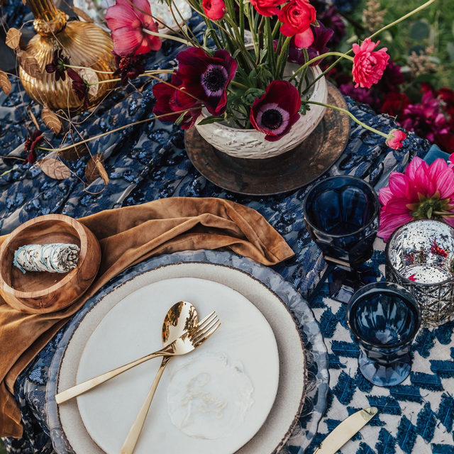 A pretty table for two with our #weslinen table runner in Navy, #arianalinen in Navy and #velvetlinen napkins in Caramel 🌺🌰 In love with this dreamy #tablescape from @bigsurweddings and @barefootfloral 📷 @carololiva_photography featured on @greenweddingshoes  #latavolalinen #transformyourtable #bbjlt #bettertogetherbbjlt #tablerunner #farmtable #woodtable #bigsurweddings #bigsurwedding #weddingdetails #microwedding #elopement #elaborateelopements #tablefortwo