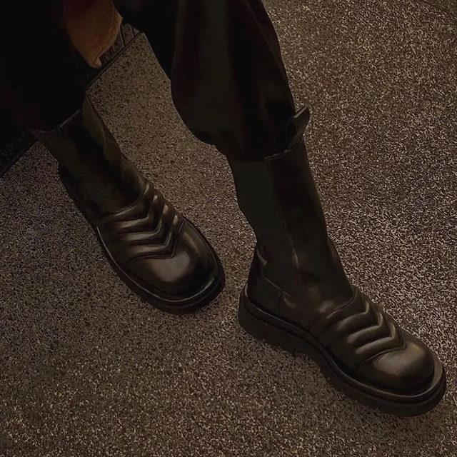 Исчерпывающий гид по самой модной обуви на эту зиму для вас собрала редактор моды @voguerussia @njnady по ссылке в нашем профиле  🖤  Hit the link in our profile bio to learn all shoes trends for this winter  Photo @newbottega  #voguerussia #voguerussiafashion