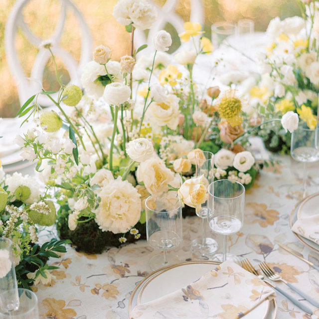 Swooning over this sneak peek at a stunning #styledshoot with our #harperlinen in Yellow/Grey from @dmeventsny and @porcelainvinefloral 🌼🌼🌼🌼 Photography @stephaniebrauer  #latavolalinen #transformyourtable #bbjlt #bettertogetherbbjlt #southhampton #parrishartmuseum #newyork #newyorkwedding #yellow #yellowwedding #springwedding #weddinginspo #floralprint