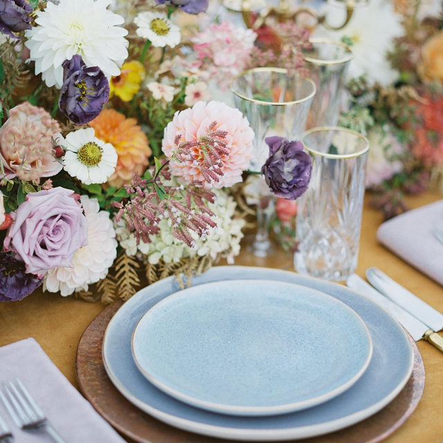 Like a painting, but it's your #tabletop 🌸🌾🏵️🐋🧡👾 Just star struck by these amazing colors at #themontanaworkshop from @greenwoodevents and @orangephotographie with our #velvetlinen in Tamarind with Rose Quartz napkins 📷 @staciannmoore  #latavolalinen #transformyourtable #bbjlt #bettertogetherbbjlt #velvet #velvettablecloth #velvetwedding #colorfulwedding #livecolorfully #takemetomontana #montanawedding