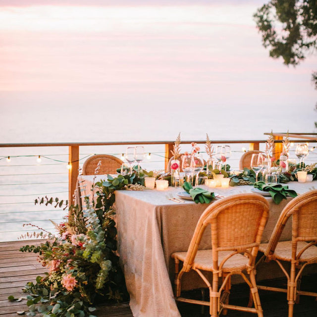 Tropical vibe #elopement from @wild_heart_events @wild_heart_soul with our #adelaidelinen in Smoke and #tuscanylinen napkins in Olive 🌴🌺💚 Very much wishing we were seated at this table enjoying the view in Big Sur 📷 @jodeedebesphoto  #latavolalinen #transformyourtable #bbjlt #bettertogetherbbjlt #embroidery #linennapkins #bigsur #bigsurwedding #tropicalvibes #californiawedding #californiabride #destinationwedding #intimatewedding