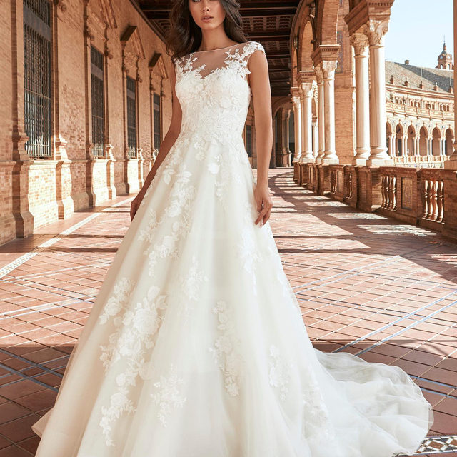 The Baras dress from the new #MarchesaForPronovias collection is such a beauty... It will be in stores in April! Do you want to be the first to try it on? Book your appointment - link in bio!