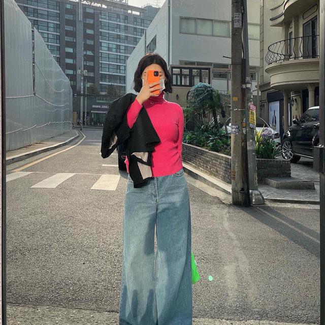 Wide-leg jeans 💙👖 @hyunseoungyun wears our light true vintage wash Stride jean #regram