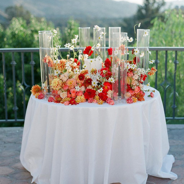 Overflowing with florals 🌹🌷🏵🥀🌷🌹🌼 Absolutely gorgeous #caketable from @michelbevents and @sirenfloralco with our #nuovolinen in White 🤍 Photography @joelserrato  #latavolalinen #transformyourtable #bbjlt #bettertogetherbbjlt #weddingflowers #alltheflowers #haveyourcakeandeatittoo #weddingcake #ojai #ojaiwedding #californiawedding