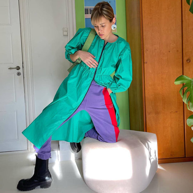 @kensofie at home in our zip-up cotton dress updated for SS21 in gumdrop green  #BaumFamily #BaumundPferdgarten