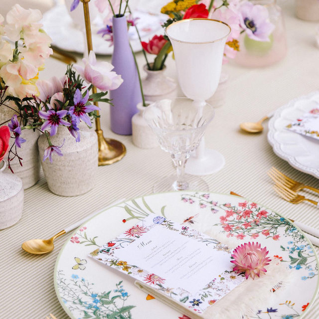 Stripes and florals - a match made in heaven 🌿🌸🍬🔮 #Tabletop perfection from @alianaevents and @celiosdesign with our #essexlinen in Sagegrass 💚  #latavolalinen #transformyourtable #bbjlt #bettertogetherbbjlt #stripesandflorals #floralsandstripes #patternplay #greenandpurple #purpleandgreen #birthdayparty #onthetable #beverlyhills #losangeles