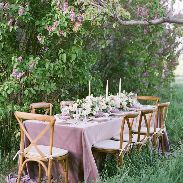 Lilac loveliness with our #velvetlinen in Rose Quartz from @atouchoffloral right off the pages of @utahvalleybride 🌿💜🌿💜 So dreamy! Photography @alexianilsenphotography  #latavolalinen #transformyourtable #bbjlt #bettertogetherbbjlt #idahobride #idahowedding #idahoweddings #weddingdetails #weddingreception #lilacs #lilacseason #lilacwedding #weddingmagic #dreamwedding #weddingtablesetting #weddingtable