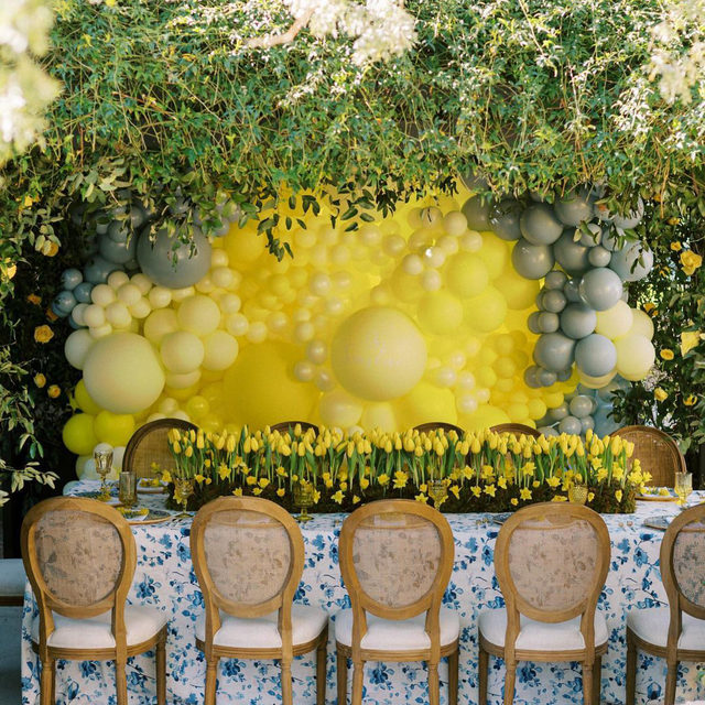 Our #harperlinen in Blue amid a sea of tulips (and that amazing balloon backdrop!!) from @mindyweiss and @carteblanchedesign 💛💙💛💙💛 Such an amazing #babyshower and also giving us ideas for #easterbrunch 🤔 Photography @danielkimphoto  #latavolalinen #transformyourtable #bbjlt #bettertogetherbbjlt #eventdesign #yellowandblue #blueandyellow #floralprint #arizona #arizonawedding #easterinspo #eventdecor #tablescape #ballooninstallation #tulips #yellowtulips