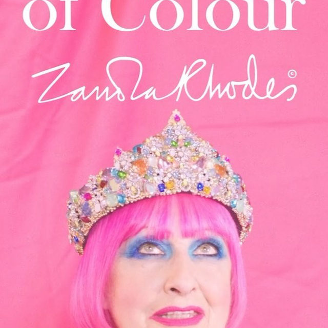 British textile designer Zandra Rhodes entered the fashion industry in 1967 and changed it forever. At the time, her vibrant patterns were considered too outrageous. Now, they are seen as true works of genius. 💖 Together with Happy Socks, the Queen of Colour has created an exclusive selection of timeless styles.   Step into Zandra Rhodes' colorful world and enjoy some of her most iconic prints in all their new golden and pink glory. 💕✨  Meet the Queen of Colour 👉 HappySocks.com or click on the link in our bio! 🔗