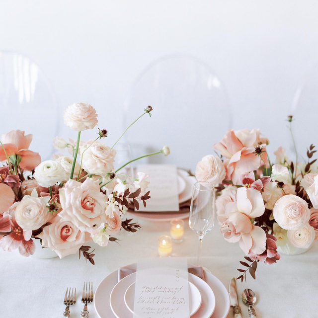 Perfectly pale pink with a hint of burgundy to make it pop 🩰🍧🥀 Just the most gorgeous color palette from @jade.magnolia and @avaflora with our #tuscanylinen in White and #velvetlinen napkins in Rose Quartz 💕 Photography @darcybenincosa  #latavolalinen #transformyourtable #bbjlt #bettertogetherbbjlt #linen #naturallinen #velvet #velvetnapkin #palepink #softcolors #modernbride #pinkroses #pinkandwhite #modernwedding #onthetable #luxurylinen #mytablesituation #postitfortheaesthetic