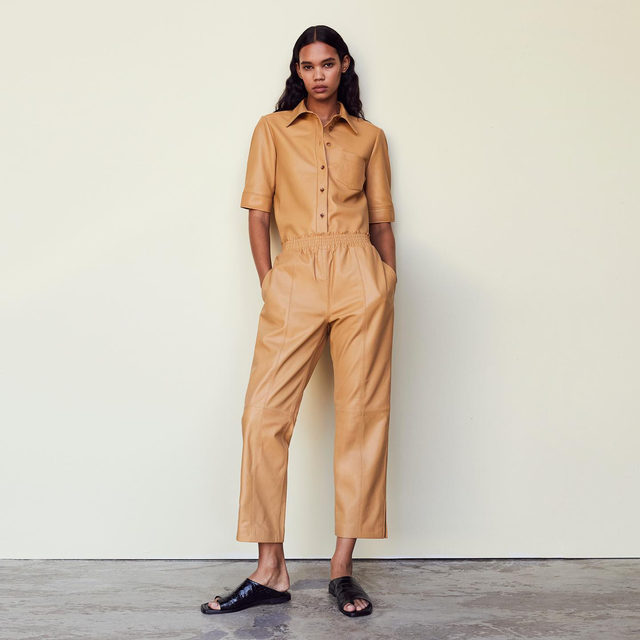 FRAME Traceable Leather gets a casual update for spring with laidback silhouettes designed in a chic, paperweight leather. Entirely produced using fully transparent and ethical processes from start to finish.