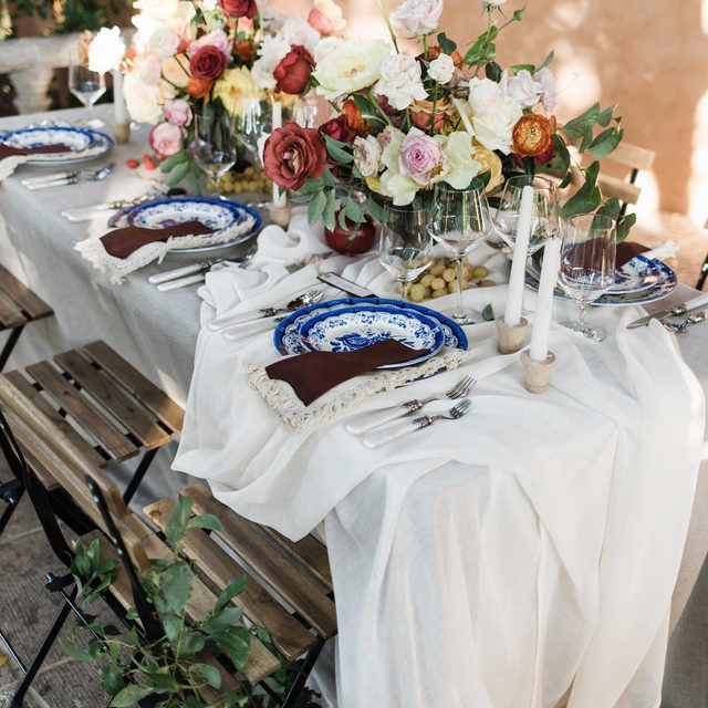 So much to love 😍😍😍Gorgeous set up with our #tuscanylinen in Natural and #auroralinen table runner in Ivory draped to perfection! Design, Styling & Florals @themonarchevents Workshop Hosts @jeremychouphotography @tylerrye_ 📷 @kylajeanettephoto  #latavolalinen #transformyourtable #bbjlt #bettertogetherbbjlt #weddinginspiration #planningawedding #perusepretty #tablescape #tuscany #tuscanywedding #linen #naturallinen #phoenix #phoenixwedding #roses #tuscanwedding