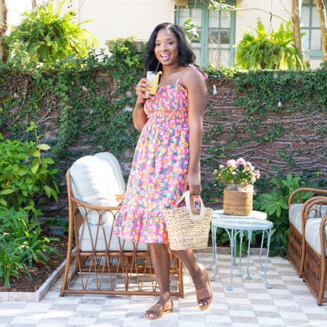 """""""When wearing floral prints, I like to keep the accessories to a minimum and in neutral tones,"""" mommy-to-two and style blogger @mhykeexg says, giving her spring styling tips. """"Let the flowers do the 'talking!'"""" 🌺😄🌸✨"""
