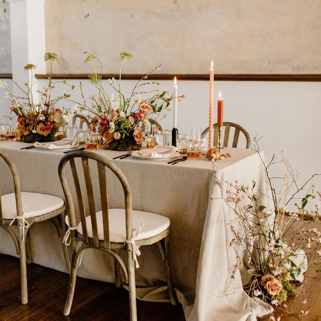 Loving these wild and beautiful florals atop our #lukelinen in Natural 🌾🕯️🌼🍨🧶 From @theneweclectic @stellarosefloral @theshootoutsociety Photography @photosbybrittanylauren   #latavolalinen #transformyourtable #bbjlt #bettertogetherbbjlt #southernwedding #nashville #nashvillewedding  #flowers #weddingflowers  #flowerstagram #wednashville #thenashvillebride #weddinginspiration #warmcolors #taupe