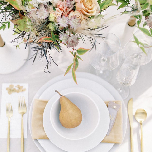 We could pear-ly believe our eyes with how serene this table setting is! 🍐 From the breathtaking, earthy floral design, to the delicate hues of gold carried throughout, we can't get enough of this down-to-earth place setting. Featuring our Bone Velvet Table Linen and Brass Velvet Napkin. Visit the link in our bio to view more of these beautiful linen.  _________ Credits:  Planner: @nicolecolwellphotography Photographer: @sydneybiggsphotography Floral: @selahrayflorals Rentals: @the_heirloom_collection Paper Goods: @papier.handmade Venue: @theivyrosebarn