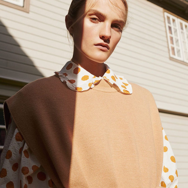 NEW SEASON IS HERE ⛱️  Our new collection 'The Local Escape' was inspired by traditional Danish craft. It focuses on layering pieces that protect from outdoor-life as the seasons change.  Art Direction: @wrong.studio Photography: @hanszeuthenstudio Styling: @anders44 Hair & Make-up: @rikkedengsoe Casting: @cdc_casting Model: @josefinelynderup  Location: @munkeruphus.dk   #BaumFamily #BaumundPferdgarten