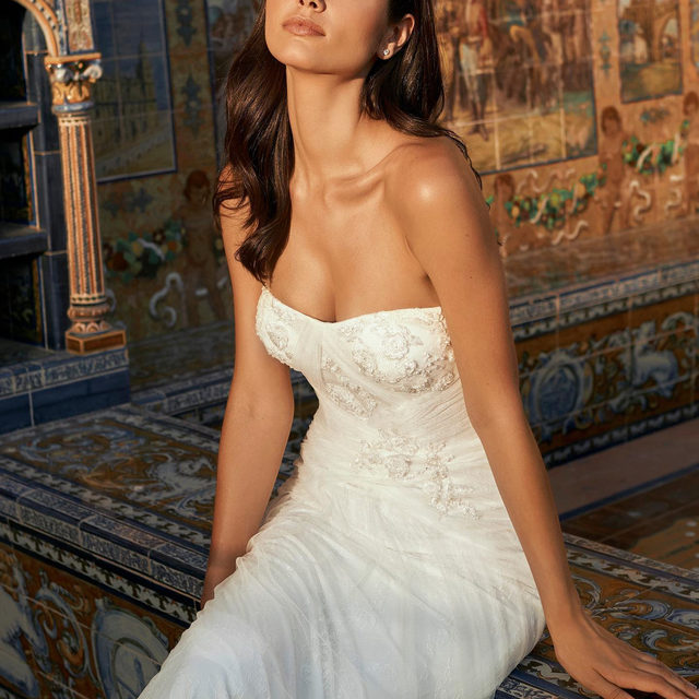 A soft sweetheart neckline and overall relaxed fit on this goddess dress. Ready to be paired with a tulle cape to add a layer of etheral volume. Dress: Esperanza from the New #MarchesaForPronovias Collection. Click on the link in our bio to book your appointment. #Pronovias #Marchesa @alessandrarinaudo @georginachapmanmarchesa @marchesafashion @marchesabridal