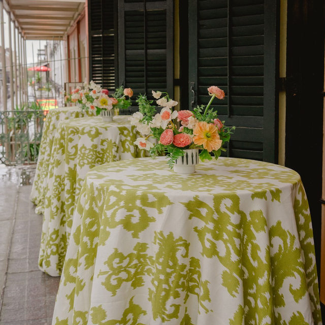 Spring time in full bloom despite some clouds at this New Orleans cocktail hour with our #casablancalinen in Kiwi 🥝🌸🌷🏵 Proof that pattern, color and flowers can make any atmosphere a little sunnier 🌞Planning & Design @pineappleprodc Florals @coricookfloraldesign Photography @kateheadley  #latavolalinen #transformyourtable #bbjlt #bettertogetherbbjlt #livecolorfully #brightcolors #springtime #green #greenery #NOLA #neworleanswedding #centerpiece #dutchmasters #cocktailtable #cocktailhour #antoines