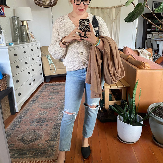 These @AGOLDE jeans are breaking in so beautifully, this cotton cardigan (40% off) is my current fav & that cashmere wrap (still on sale 55% off) is the best topper to throw in my bag for cool outdoor brunch dates like the one I had this weekend! . xo, Laura @laurajansenstyle . Click the link in our bio to shop Laura's #OOTD Jeans: Size 28